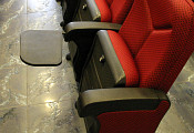 Мягкие кресла оборудованы удобными столиками