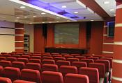 Зал внутри, вид на  сцену и экран