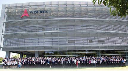Юбиляры и партнеры компании на общем снимке