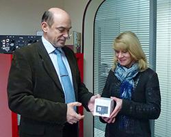 Вручение подарка участнику вебинара MicroMax